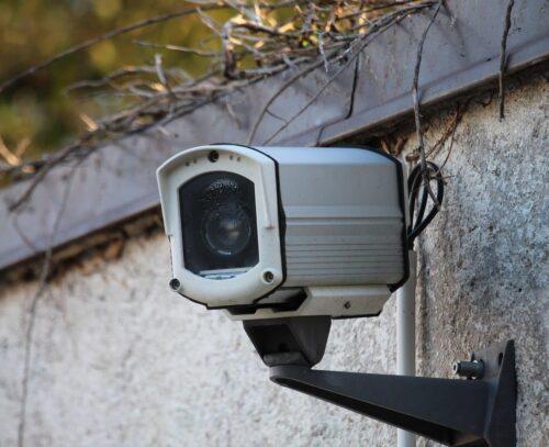 塀に設置した防犯カメラ